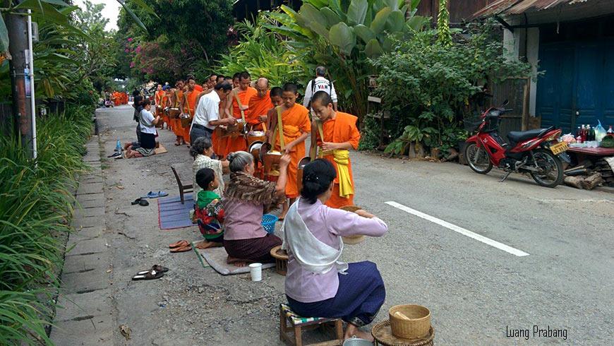 ceremonie-de-l-aumone-Tak-bat-Luang-prabang-1-870
