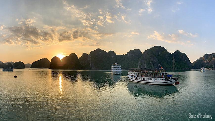 Baie d'Halong au lever du soleil